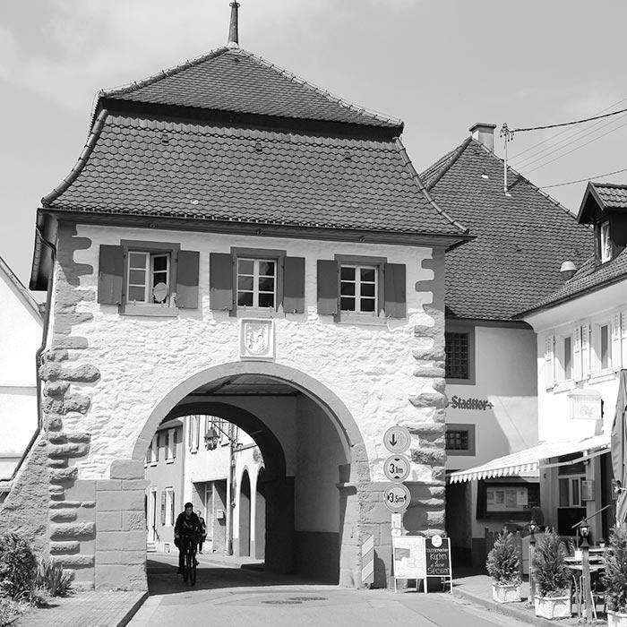Schwarzweiß Foto vom Stadttor in Sulzburg